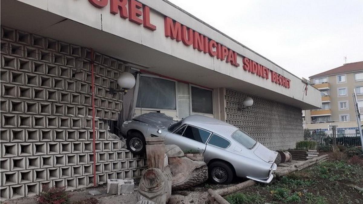 Μπαϊλντισμένος από την καραντίνα, κάρφωσε την Aston Martin στον τοίχο! [pics]