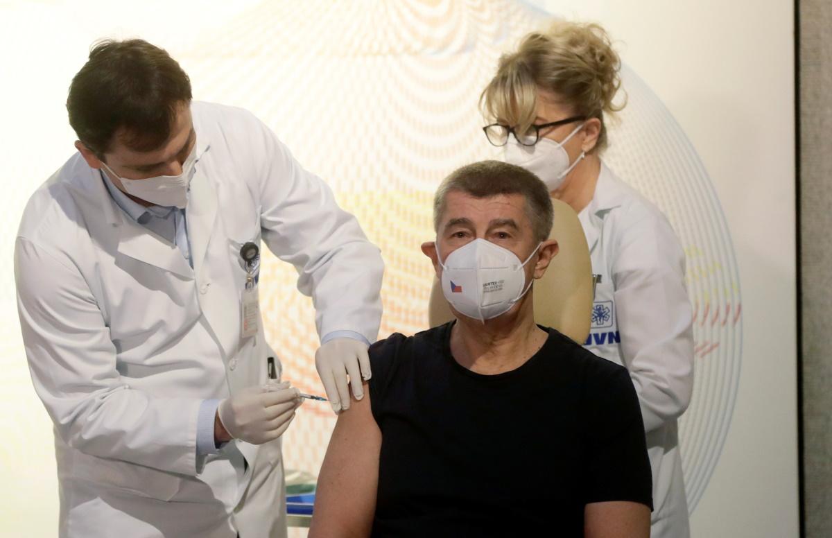 Τσεχία: Ο πρωθυπουργός έδωσε το εναρκτήριο λάκτισμα του εμβολιασμού