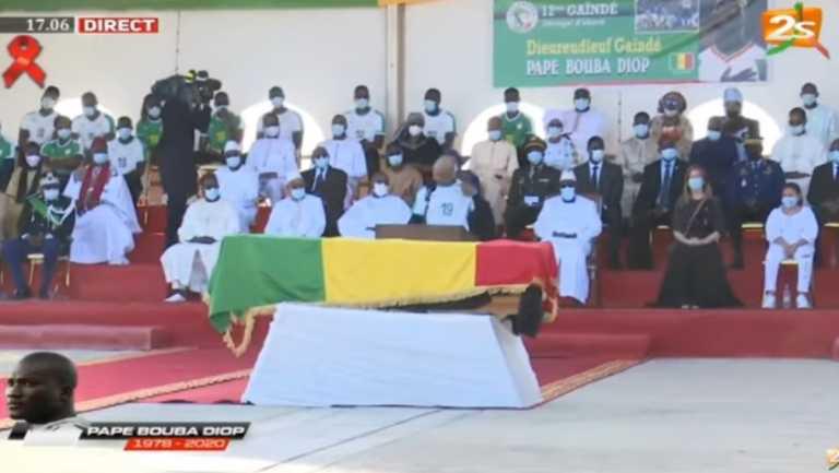 """Πάπα Μπούπα Ντιόπ: Η Σενεγάλη είπε """"αντίο"""" στον ποδοσφαιρικό της """"ήρωα"""" (videos)"""
