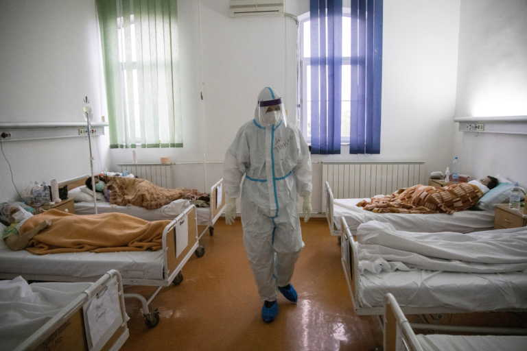 """Σερβία: """"Θερίζει"""" ο κορονοϊός – Αγώνας δρόμου για την απόκτηση εμβολίου"""
