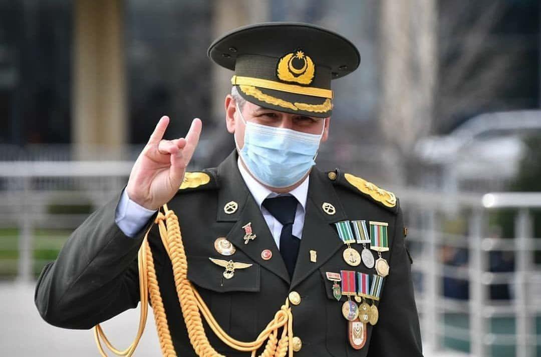 Απίστευτη πρόκληση – Αζέρος Στρατηγός πανηγυρίζει με τη χειρονομία των «Γκρίζων Λύκων»! [pic]