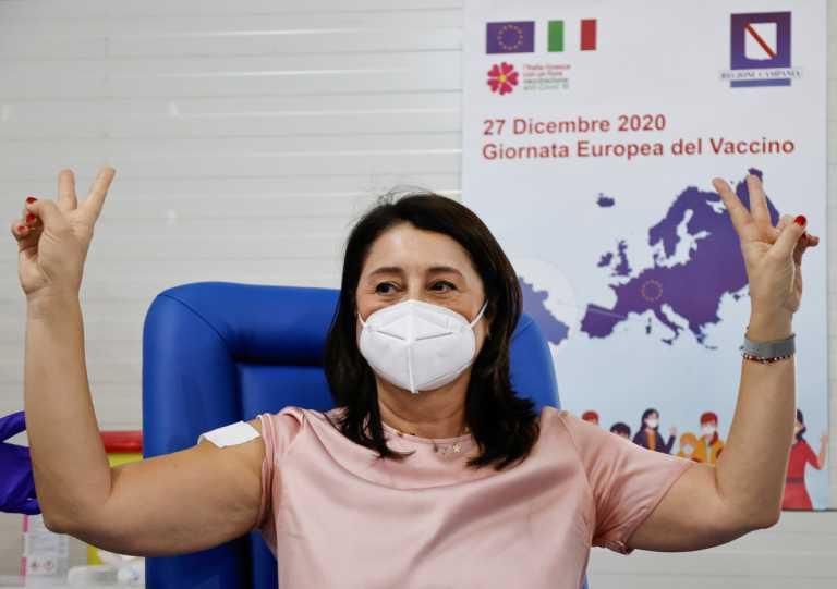 H EE «σηκώνει το μανίκι» και εμβολιάζεται – Αγωνία για την μετάλλαξη του κορονοϊού