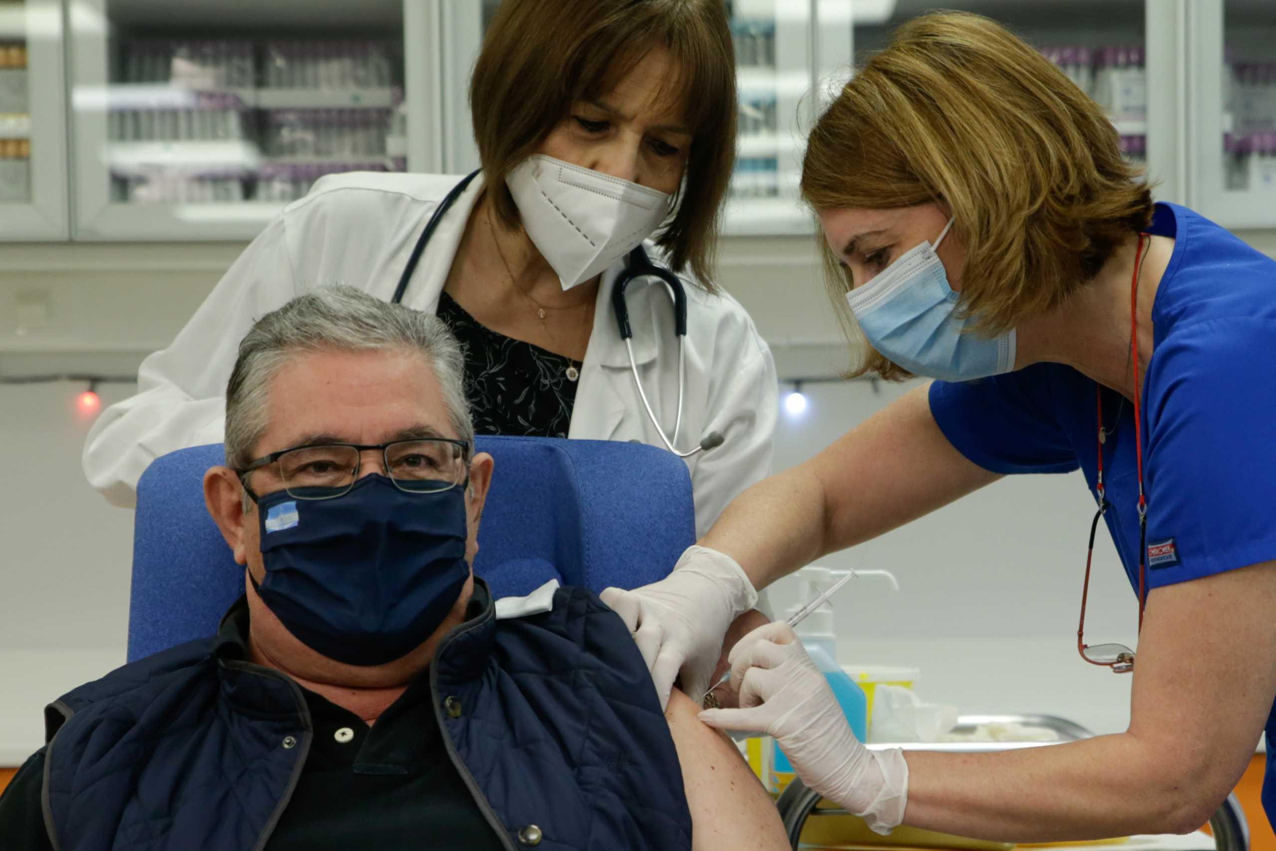 Εμβολιάστηκε ο Δ. Κουτσούμπας: «Αναγκαίος ο μαζικός εμβολιασμός»