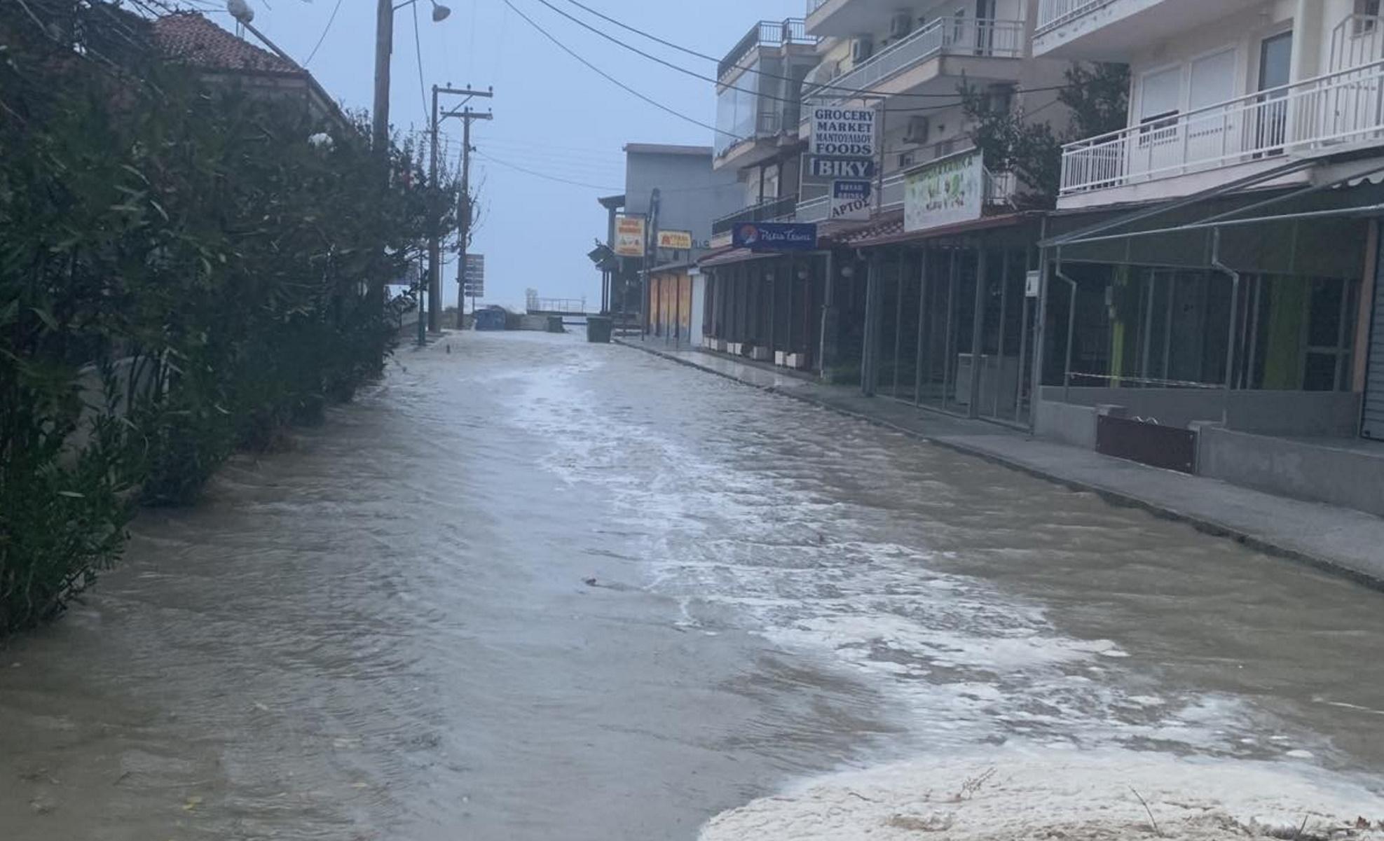 Προβλήματα από την κακοκαιρία στην Πιερία: Πλημμύρισαν δρόμοι και σπίτια (pics)