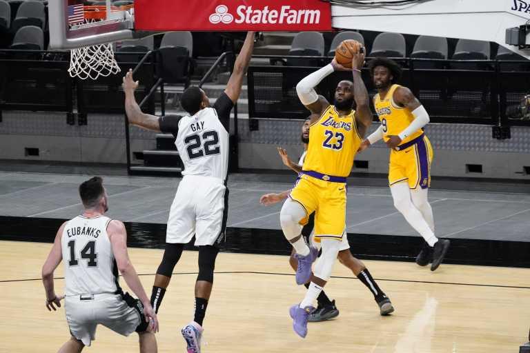 NBA: Αφηνιασμένος Λεμπρόν «κατάπιε» τους Σπερς – Επιστροφή με νίκη για τον «μασκοφόρο» Λέοναρντ (video)