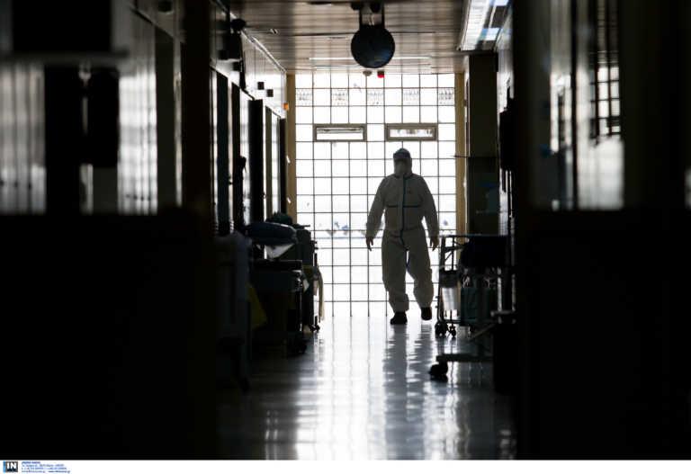 """""""Άκουγα τον ίδιο ακριβώς βήχα, τα ίδια βογγητά"""" – Συγκλονίζει διοικητής νοσοκομείων που νοσηλεύτηκε με κορονοϊό"""