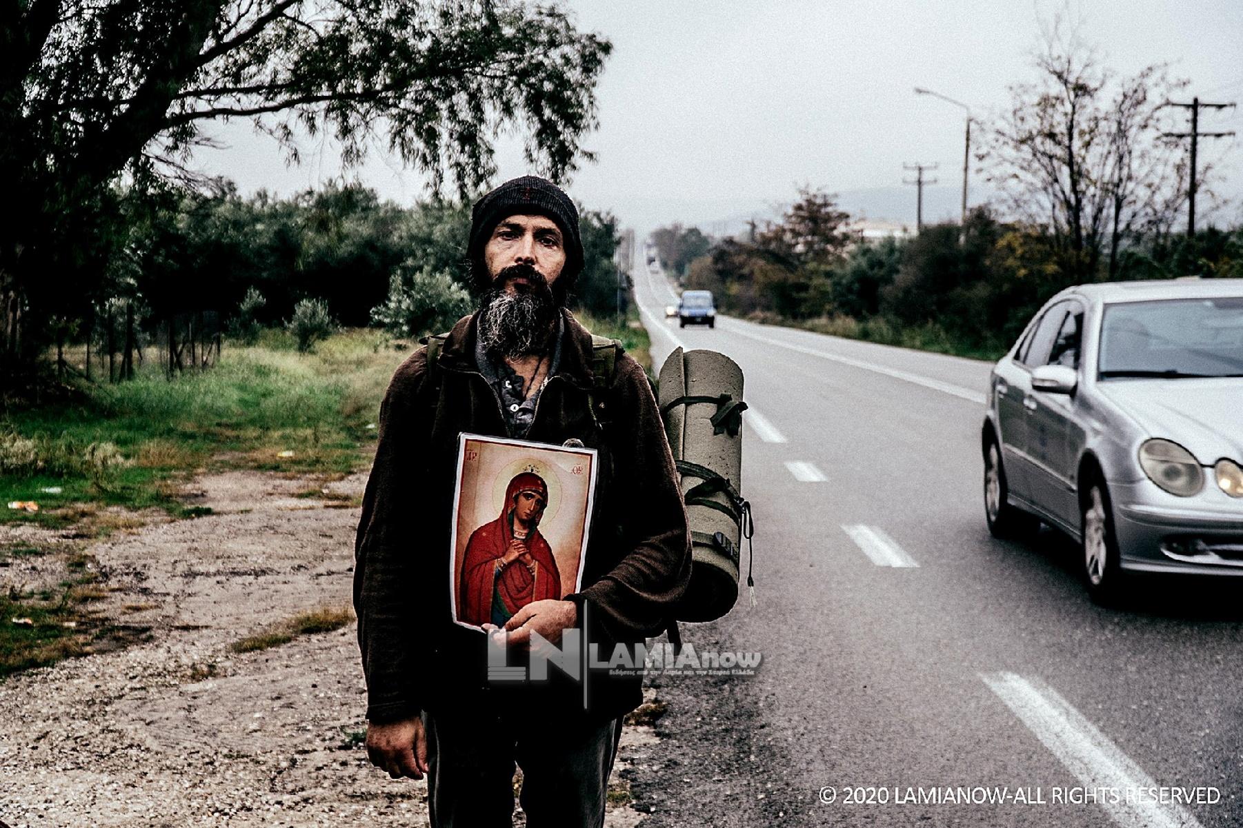Το «βατράχι» των ΟΥΚ που πάει με τα πόδια στο Άγιο Όρος κρατώντας εικόνα της Παναγίας (pics)