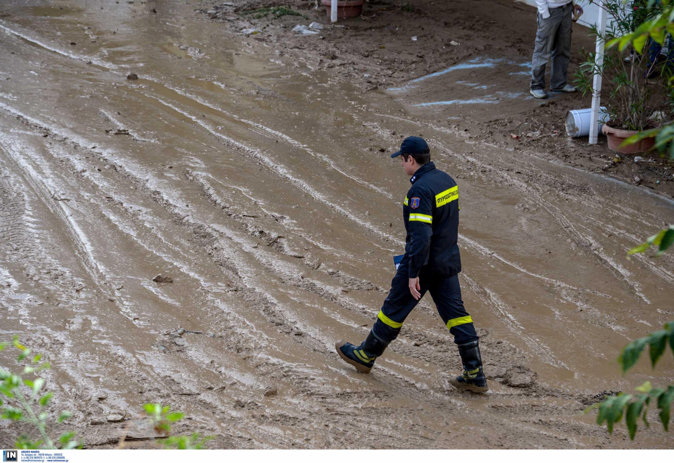 Πλημμύρες στην Αγχίαλο από τη δυνατή νεροποντή – Εγκλωβισμένοι άνθρωποι σε αυτοκίνητο