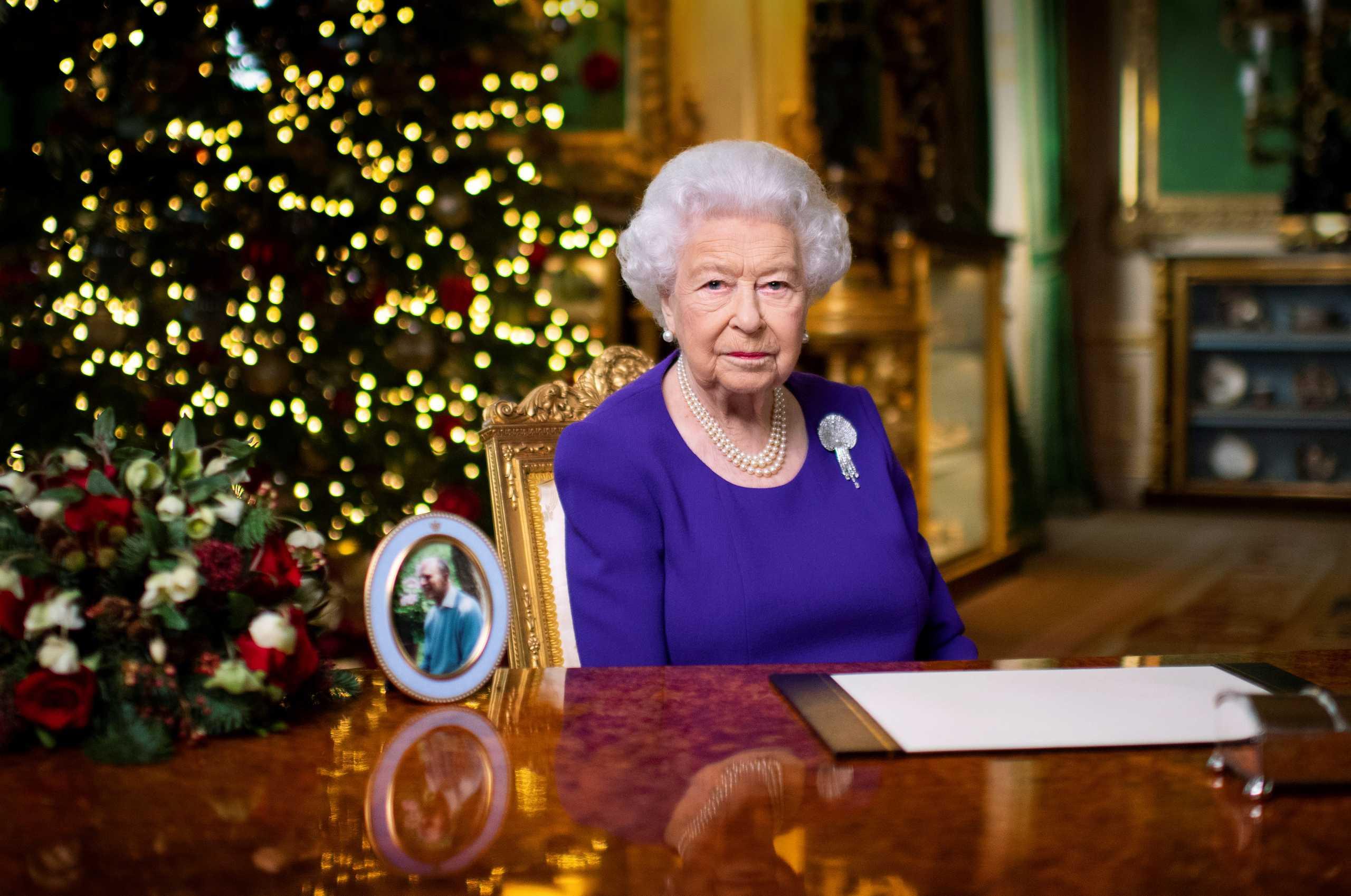 To χριστουγεννιάτικο μήνυμα της βασίλισσας Ελισάβετ: Το πιο ακριβό δώρο μία αγκαλιά (vid)