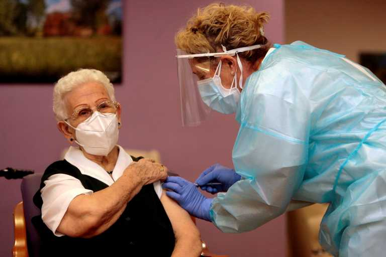 Ισπανία: 96χρονη σε οίκο ευγηρίας η πρώτη που εμβολιάστηκε