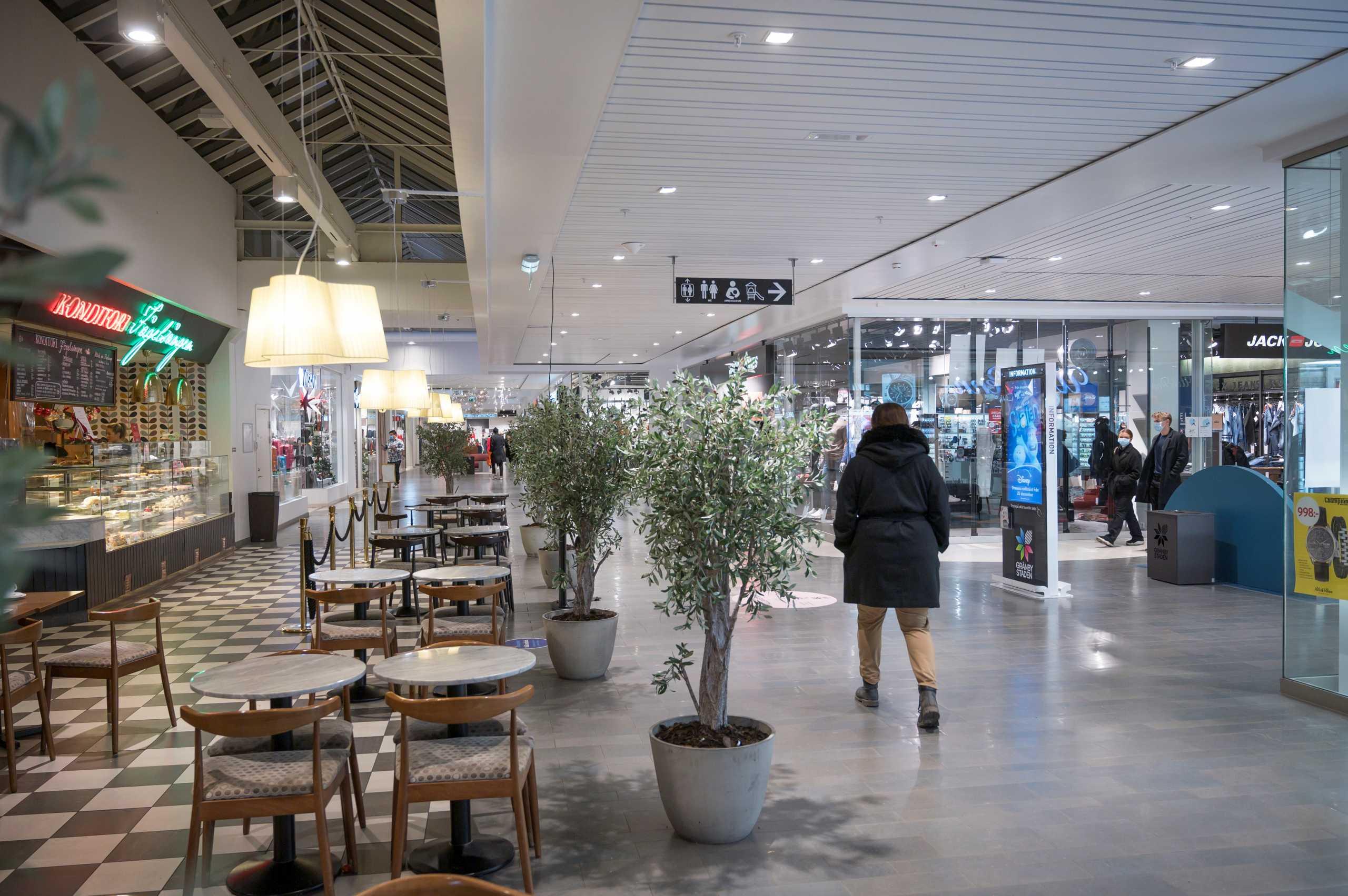 Σουηδία: Κλείνει την εστίαση από τις 20.30 και μειώνει τον αριθμό πελατών