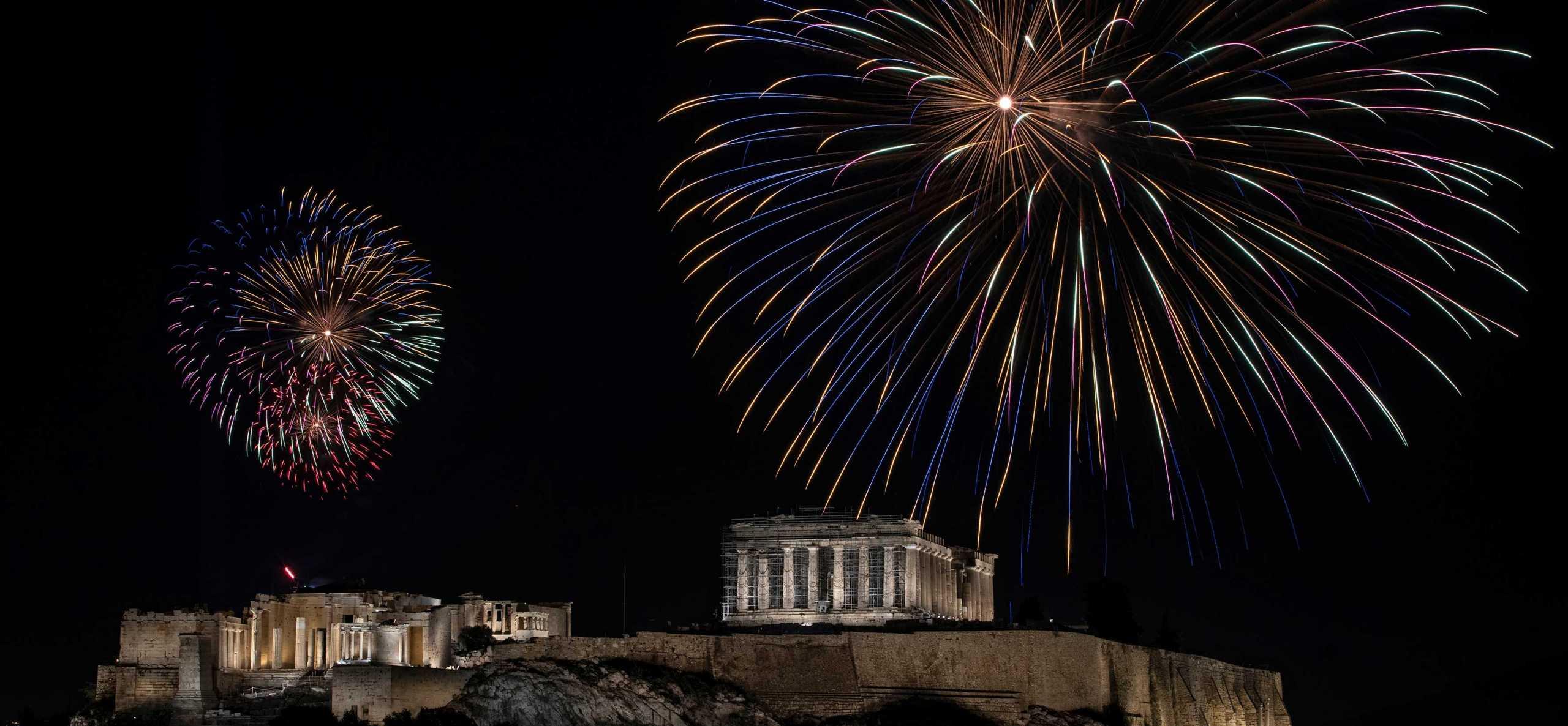 Καλή Πρωτοχρονιά και ευτυχισμένο το 2021: Υπέροχες εικόνες από την Αθήνα και τον Πειραιά