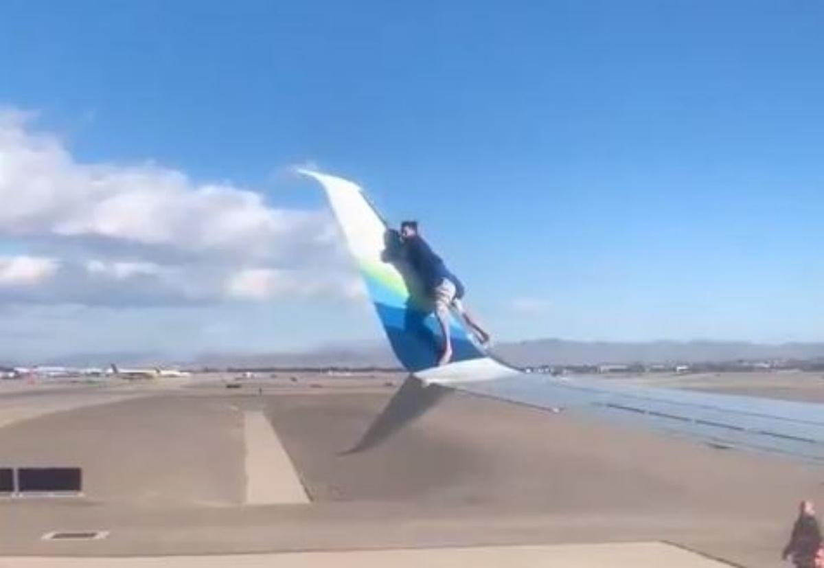 Απίστευτο βίντεο: «Λαθρεπιβάτης» σκαρφάλωσε στο φτερό αεροπλάνου πριν την απογείωση