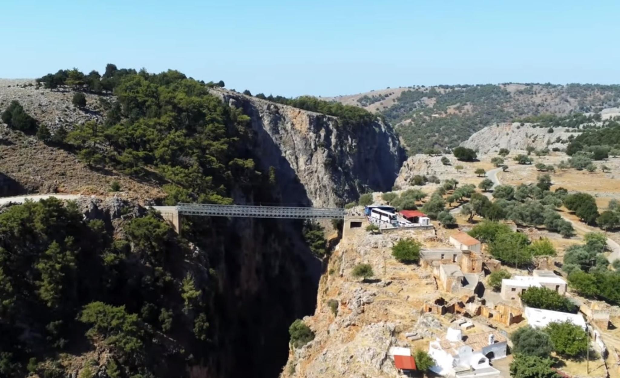 Το ελληνικό χωριό που βρίσκεται στο χείλος του γκρεμού