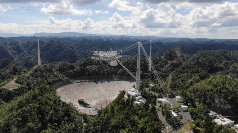 """Κατέρρευσε το """"πληγωμένο"""" ραδιοτηλεσκόπιο του Αρεσίμπο"""