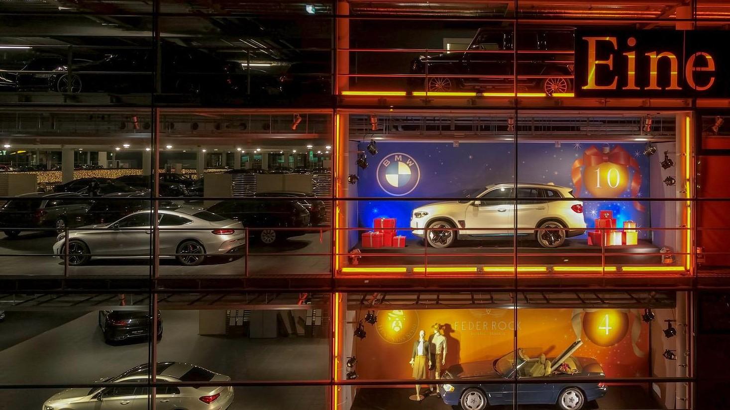 Τι δουλειά έχει μια BMW στην κεντρική αντιπροσωπεία της Mercedes-Benz;