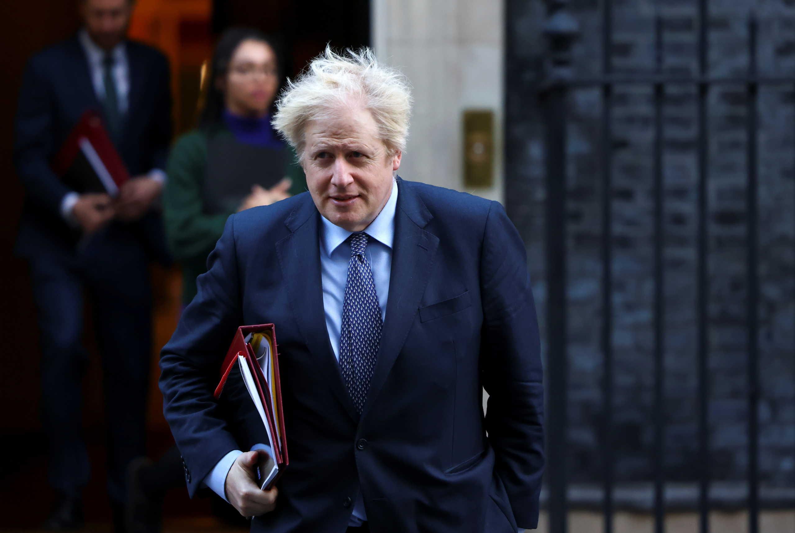 Ο πρωθυπουργός της Βρετανίας ενδέχεται να εμβολιαστεί μπροστά στον τηλεοπτικό φακό