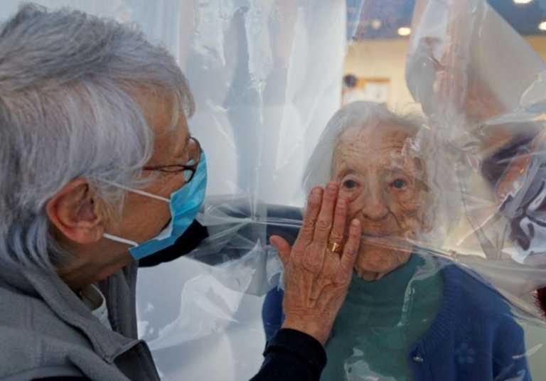 Κορονοϊός: Σε αυτό το γηροκομείο βρήκαν τρόπο να αγκαλιάζονται… με ασφάλεια