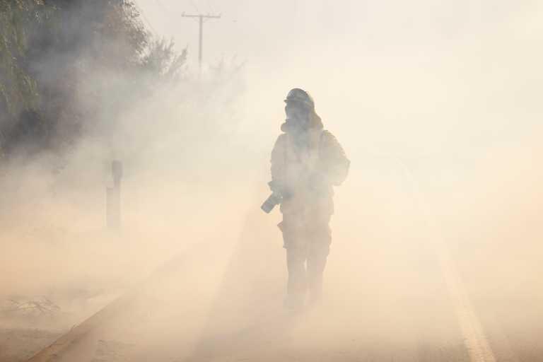 ΗΠΑ: Μάχη με τις φλόγες στην Καλιφόρνια – 25.000 άνθρωποι εγκατέλειψαν τα σπίτια τους (pics, vid)