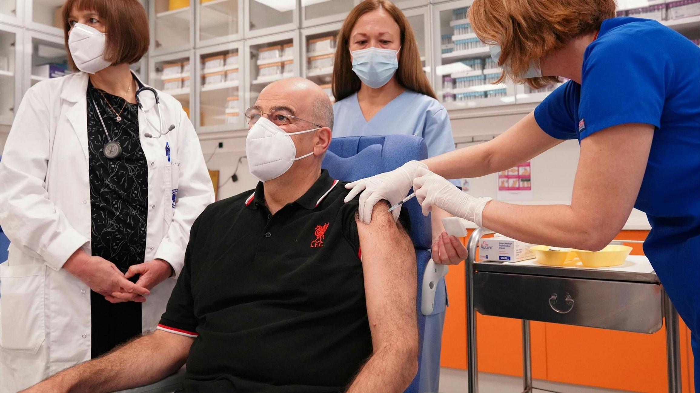Εμβολιάστηκε ο Δένδιας φορώντας μπλούζα της Λίβερπουλ (pic)
