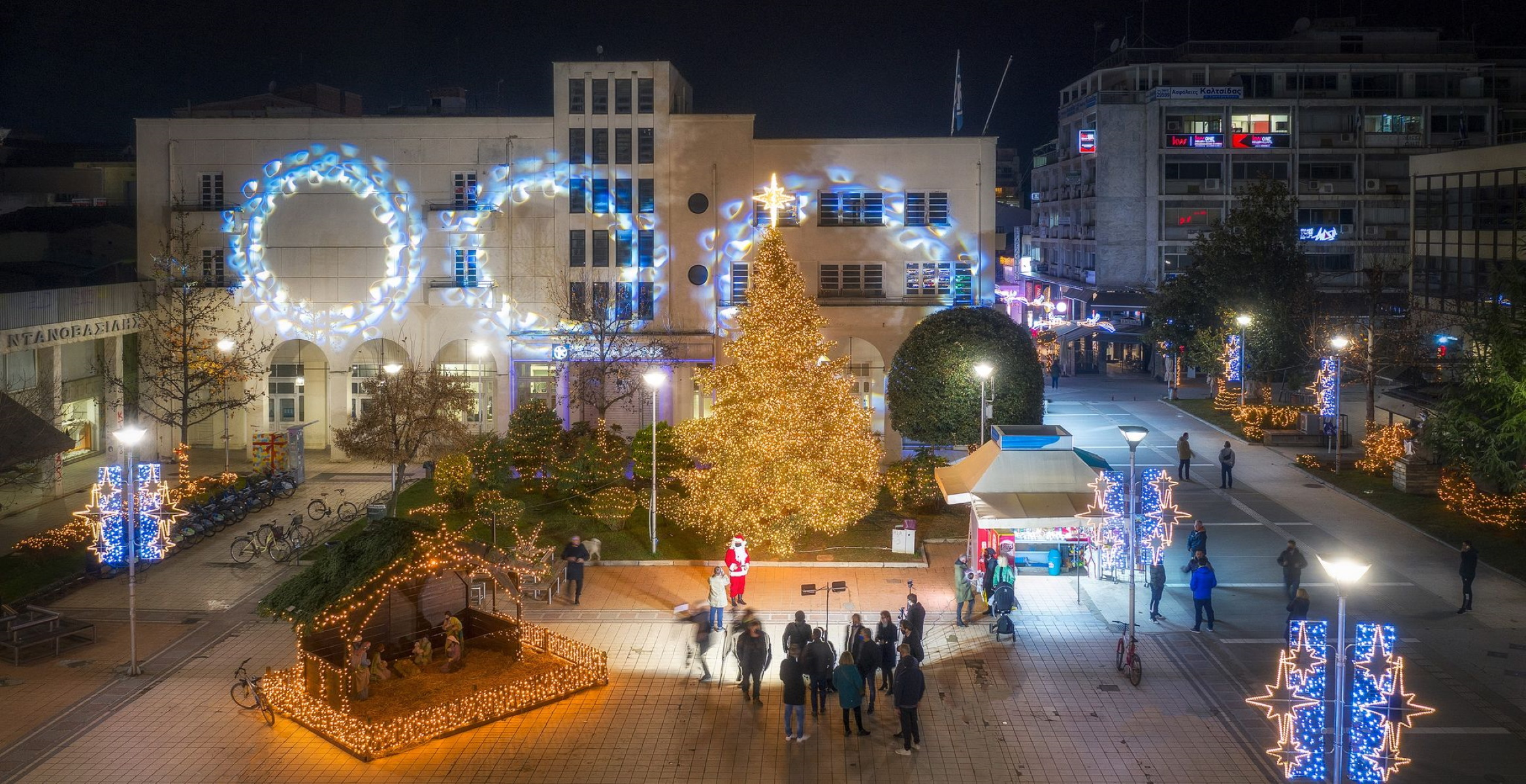 Φωταγωγήθηκε συμβολικά το χριστουγεννιάτικο δέντρο της Καρδίτσας