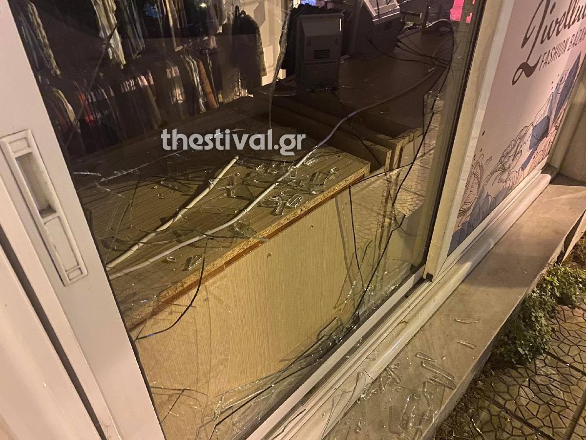Έσπασαν τζαμαρία και άρπαξαν κοσμήματα από κατάστημα στη Θεσσαλονίκη (pics)