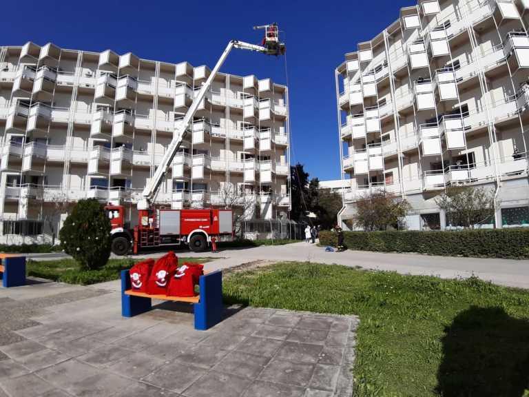 Κρήτη: Ο Άγιος Βασίλης έφτασε στο ΠΑΓΝΗ με γερανοφόρο – Μοίρασε δώρα και χαμόγελα