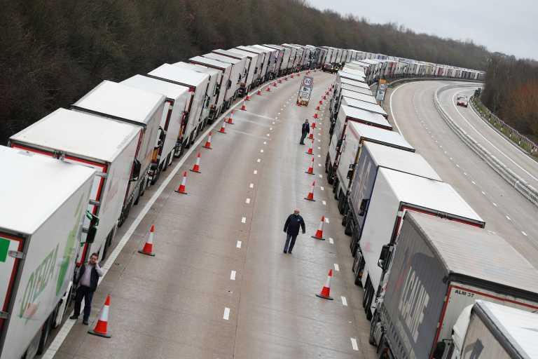 Βρετανία: 36 οδηγοί θετικοί στον κορονοϊό από τις νταλίκες που είχαν ακινητοποιηθεί στο Κεντ