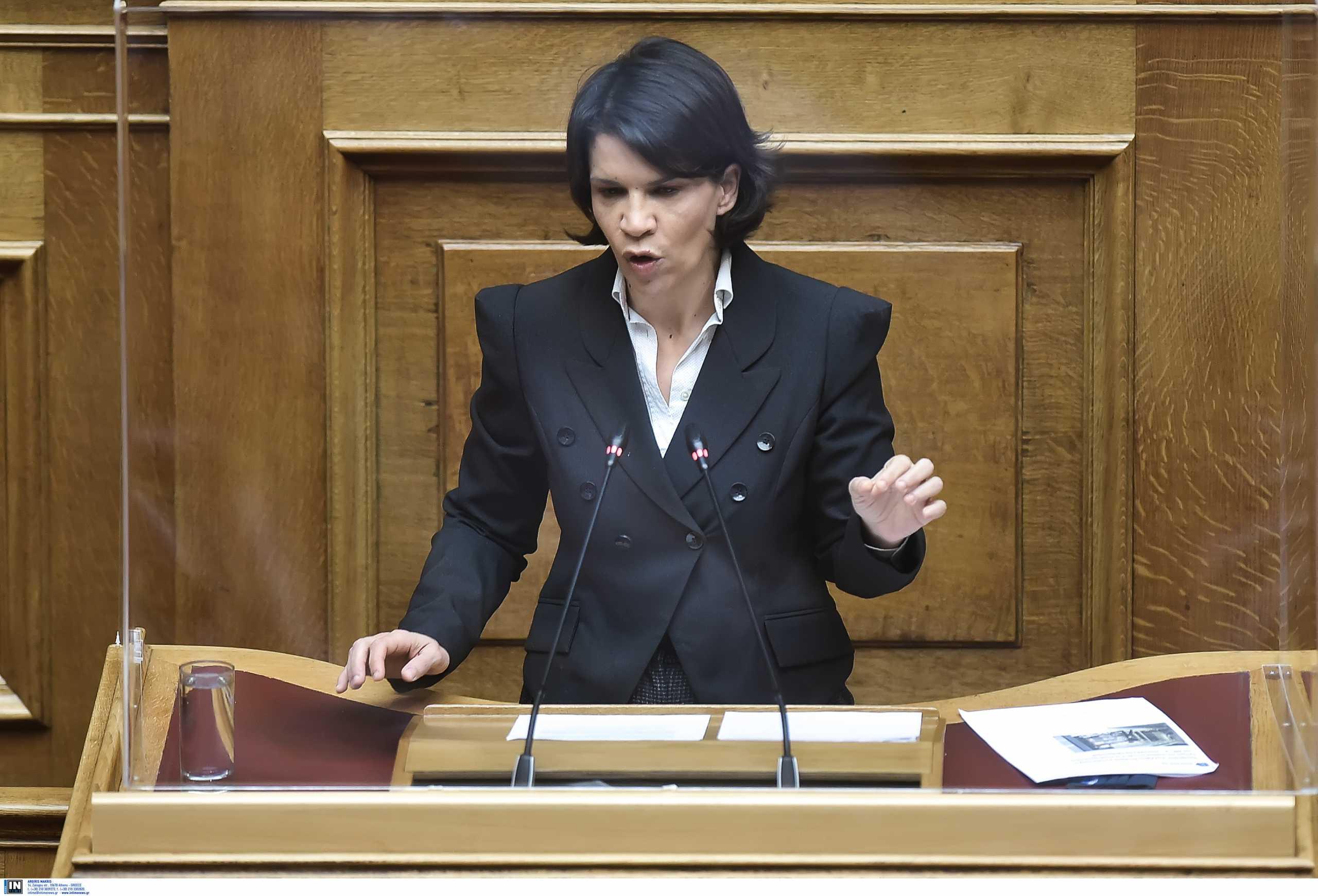 Χαμός στη Βουλή με βουλευτή του ΣΥΡΙΖΑ που αποκάλεσε τον Μητσοτάκη «επιδειξία»
