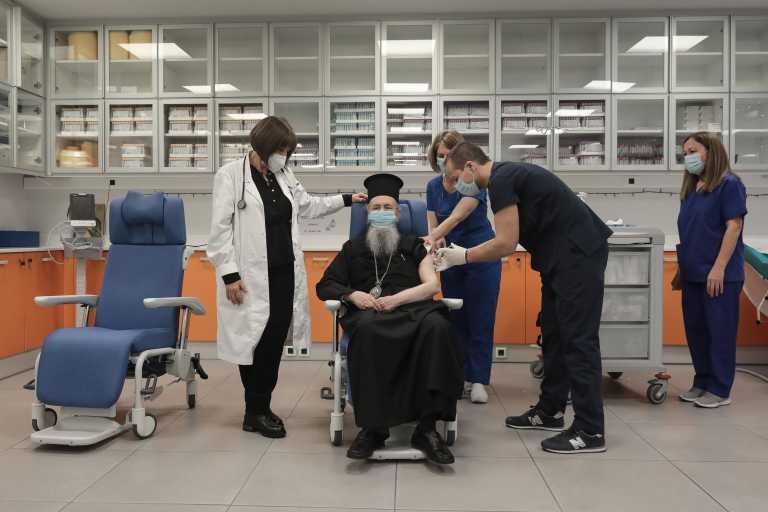 Κορονοϊός: Στον «Ευαγγελισμό» εμβολιάστηκε και ο Μητροπολίτης Ναυπάκτου Ιερόθεος (pics)