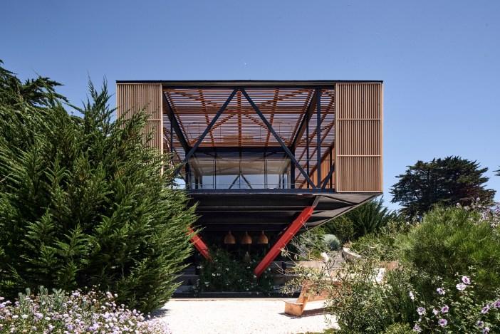 """Ένα πολύ ιδιαίτερο γυάλινο σπίτι που """"κρέμεται"""" πάνω από έναν γκρεμό"""