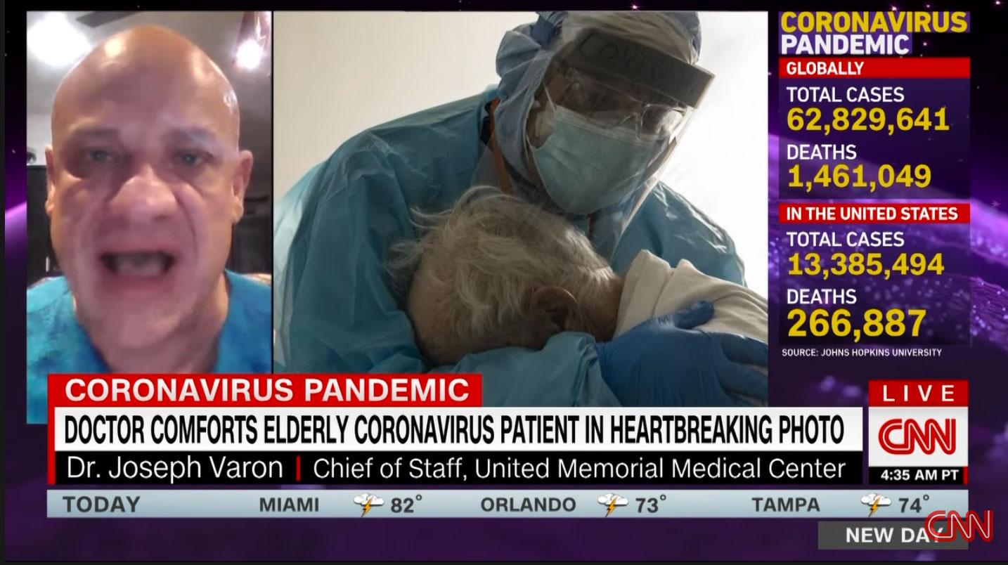 Ο γιατρός που κλείνει στην αγκαλιά έναν ηλικιωμένο με Covid: Μια φωτογραφία που ραγίζει καρδιές