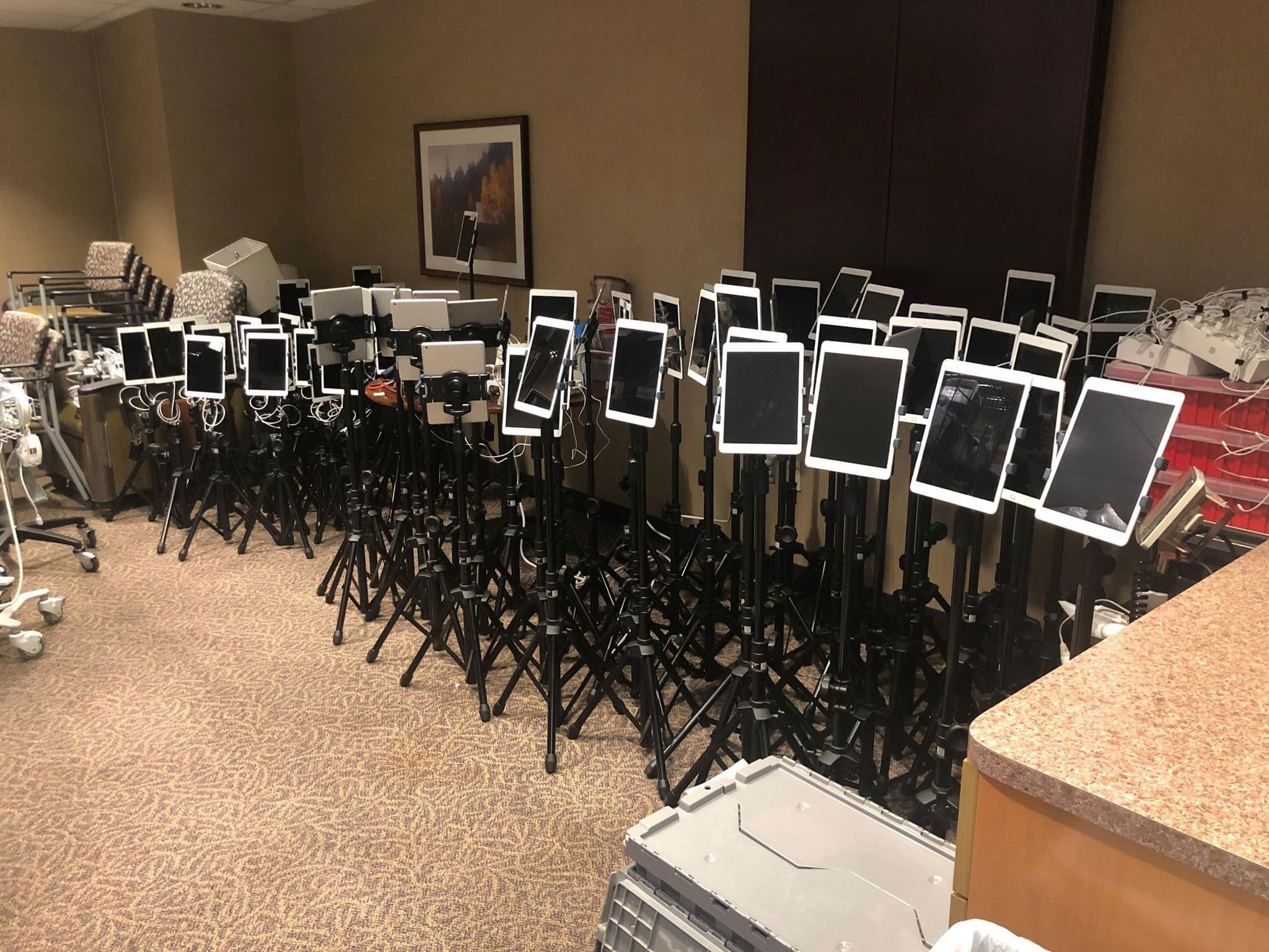 Φωτογραφία «γροθιά» στο στομάχι: Δεκάδες iPad έξω από ΜΕΘ για το τελευταίο αντίο