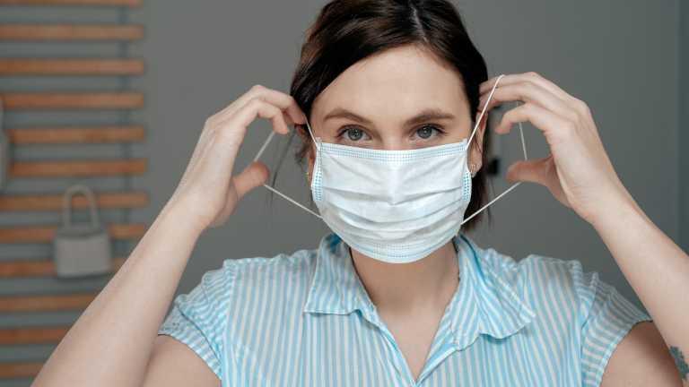 Κορονοϊός: Κάντε αυτό στην μάσκα για να μην αφήνει κενά και να ταιριάζει καλύτερα στο πρόσωπο