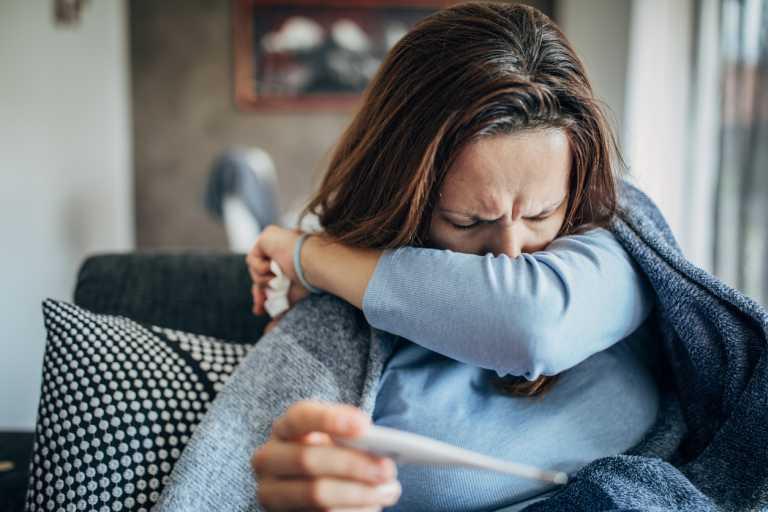 Γίνεται να έχεις COVID-19 χωρίς να κάνεις πυρετό;