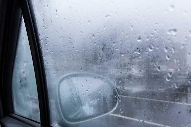 Πώς ξεθαμπώνουν πιο γρήγορα τα τζάμια του αυτοκινήτου όταν κάνει κρύο
