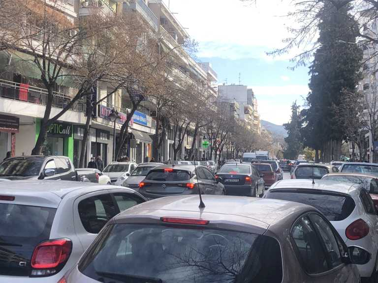 Θεσσαλονίκη: Ουρές στα καταστήματα και αυξημένη κίνηση στους δρόμους – Τα τελευταία ψώνια του 2020 (Φωτό)