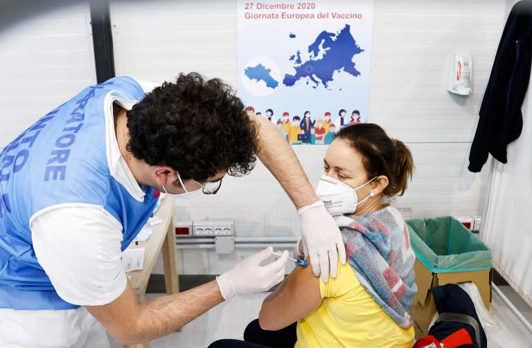 Έγιναν οι τρεις πρώτοι εμβολιασμοί και στην Ιταλία (pics)