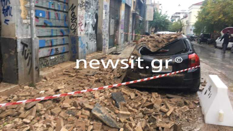 Κακοκαιρία στην Αττική: Έπεσε τοίχος εγκαταλελειμμένου κτιρίου στο Μεταξουργείο (pics)