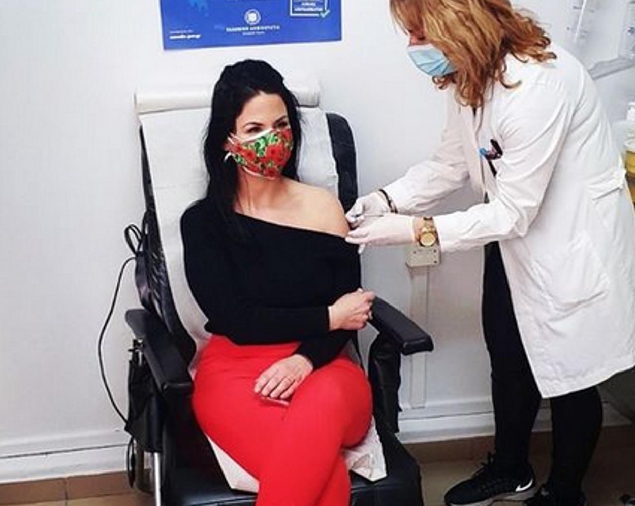 Γιατρός η σύζυγος υπουργού που έκανε το εμβόλιο του κορονοϊού