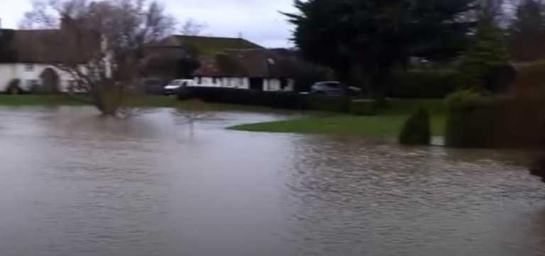 Γαλλία: Χωρίς ρεύμα χιλιάδες σπίτια λόγω της καταιγίδας «Μπέλα»