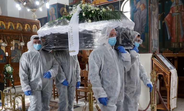Κηδεία στην εποχή του κορονοϊού – Εικόνες «μαχαιριά» από το «τελευταίο ταξίδι»