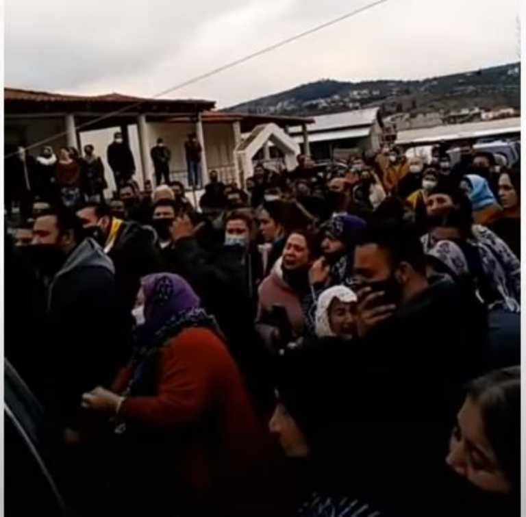 Απίστευτες εικόνες συνωστισμού σε κηδεία στον Βόλο (pics)