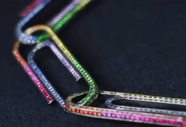 Εσείς πόσα λεφτά θα δίνατε για ένα κόσμημα του Virgil Abloh φτιαγμένο από… συνδετήρες;