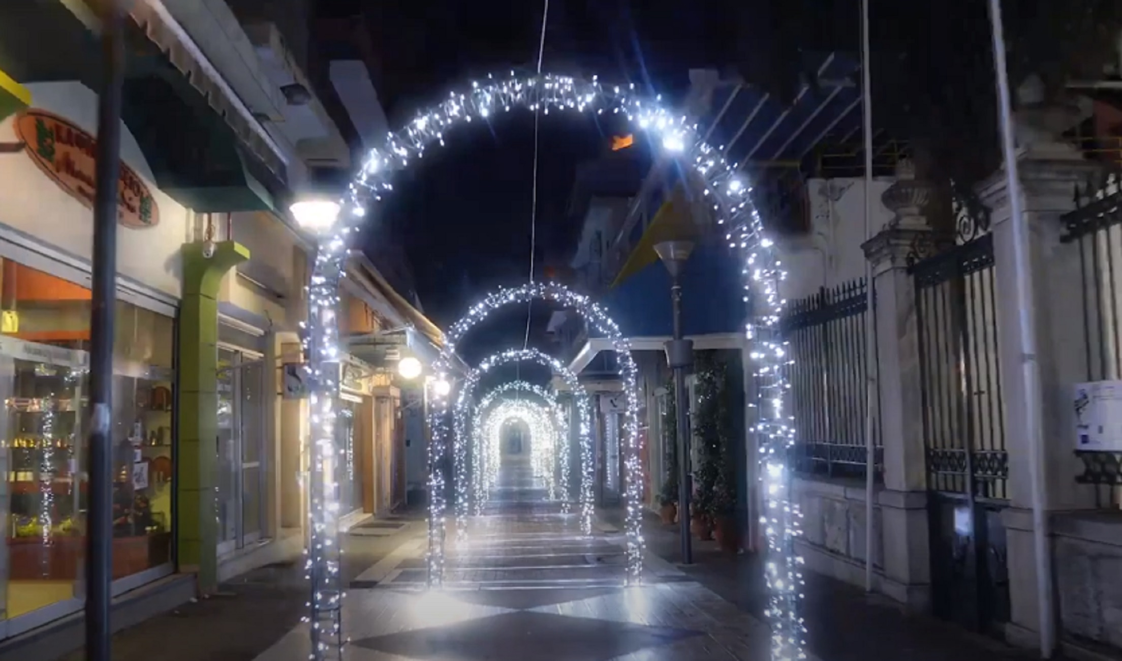 Λαμία: Η πόλη φόρεσε τα γιορτινά της! Εκπληκτικές εικόνες λίγο πριν τα Χριστούγεννα του κορονοϊού (Βίντεο)