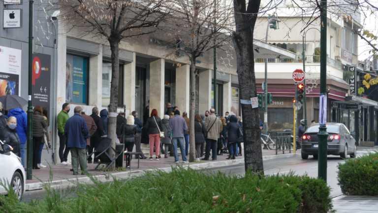 Λάρισα: Συνωστισμός έξω από τράπεζες – Ατελείωτες ουρές από μικρούς και μεγάλους (pics)