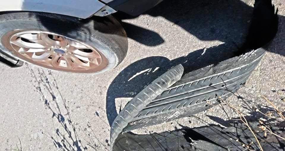 """Κρήτη: """"Το λάστιχο στο αυτοκίνητο ξεφλούδισε σαν μπανάνα"""" – Εφιάλτης στην εθνική οδό"""