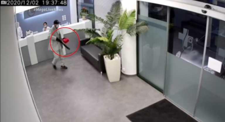 Βίντεο ντοκουμέντο από ληστεία στα Σπάτα – «Μπούκαρε» με καραμπίνα και μάσκα σε διαγνωστικό κέντρο