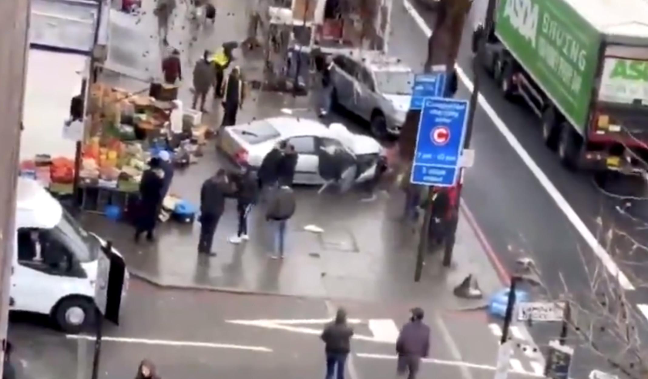 Λονδίνο: Αυτοκίνητο έπεσε πάνω σε κόσμο! Αναφορές για πολλούς τραυματίες (video)