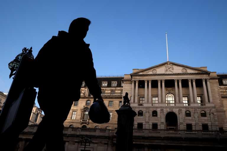 Βρετανία: Τεράστιο το πλήγμα του κορονοϊού στην οικονομία –  Κόσμος συρρέει στις τράπεζες τροφίμων